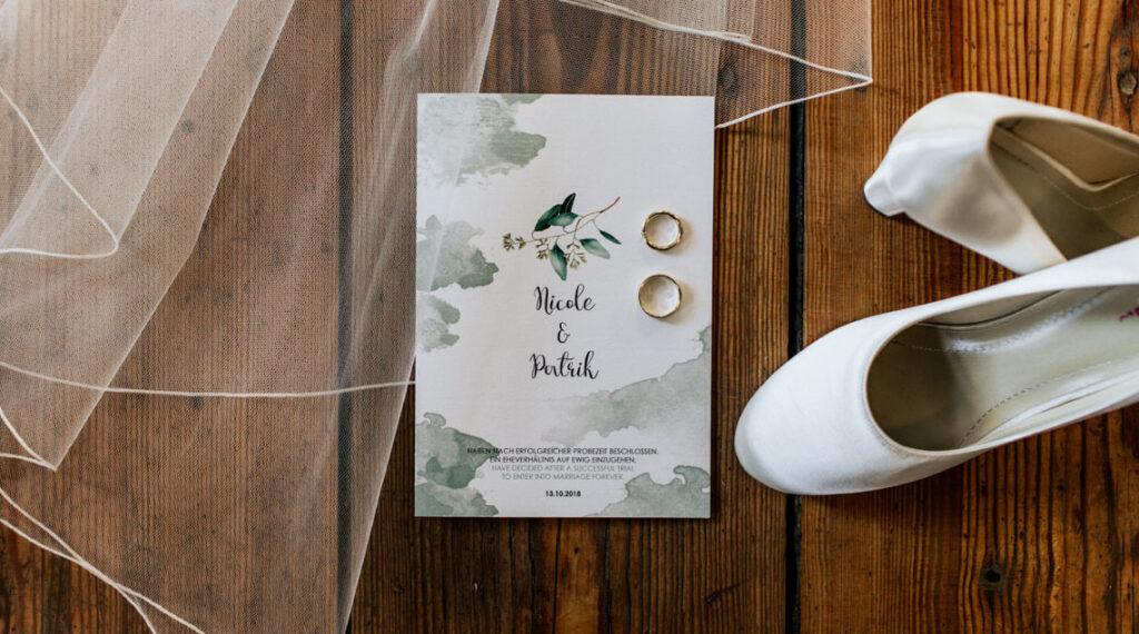 Hochzeit Einladungkarte und Brautschuhe
