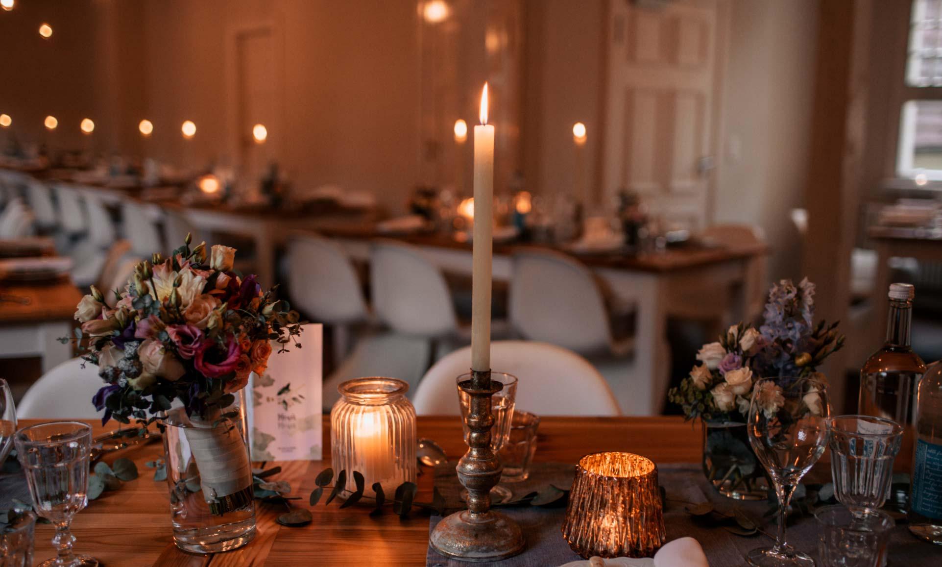Stimmungsvoll gedeckter Tisch im Schloss Blankensee