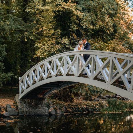 Das Brautpaar auf der weißen Brücke