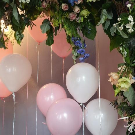 weiße und rosafarbene luftballons