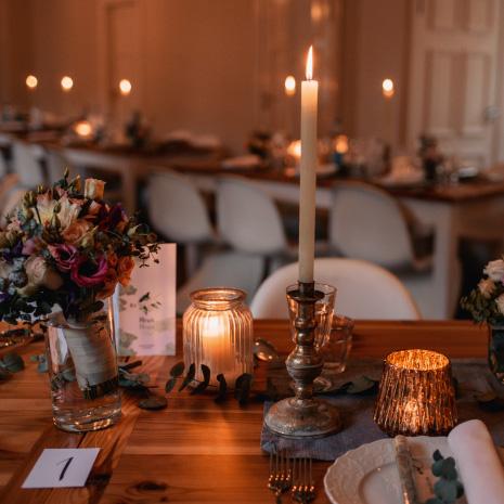 gedeckte Tische im warmen Kerzenlicht