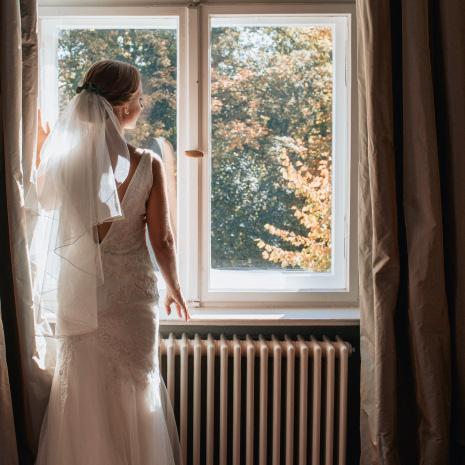 Die Braut blickt aus dem Fenster