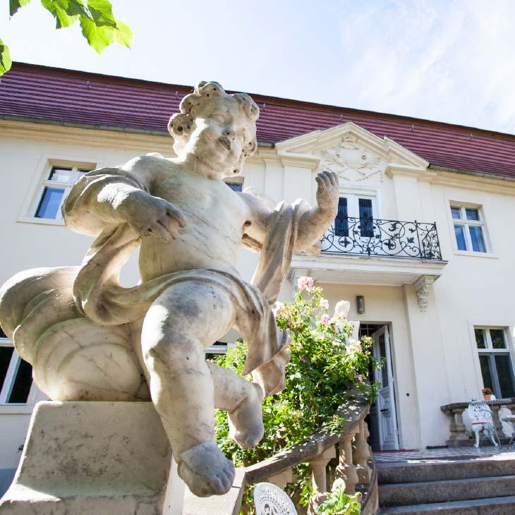 Statue vor dem Eingang zum Schloss Blankensee