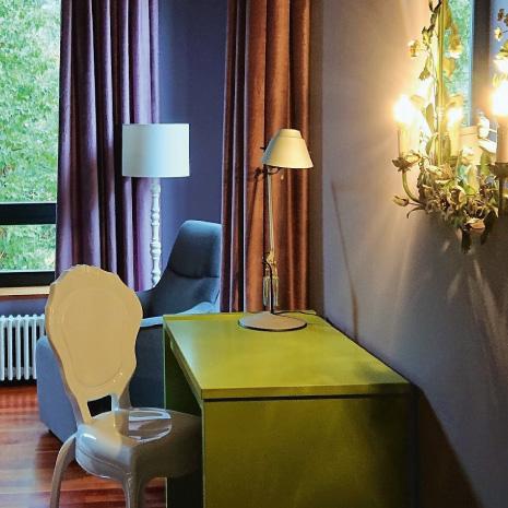 Zimmer mit grünem Schreibtisch