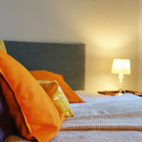 zimmer mit gemütlichem Bett