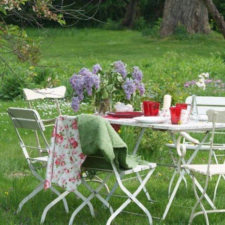 gedeckter Tisch im Grünen