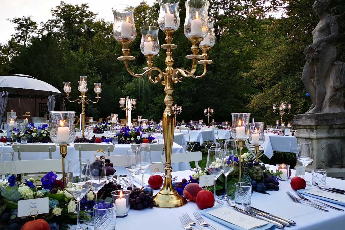 gedeckter Hochzeitstisch im Garten