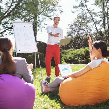 Team Workshop im Freien mit Flipchart